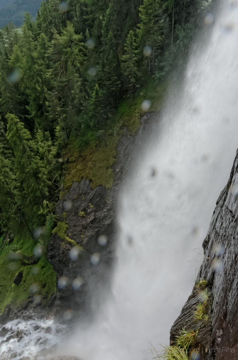 Künstlicher Wasserfall Macht Frau Nass